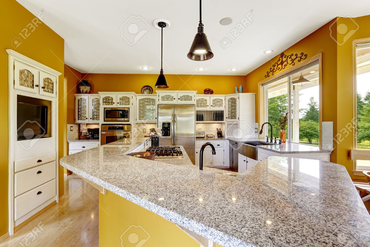 Boerderij interieur. luxe keuken kamer in felle gele kleur met ...