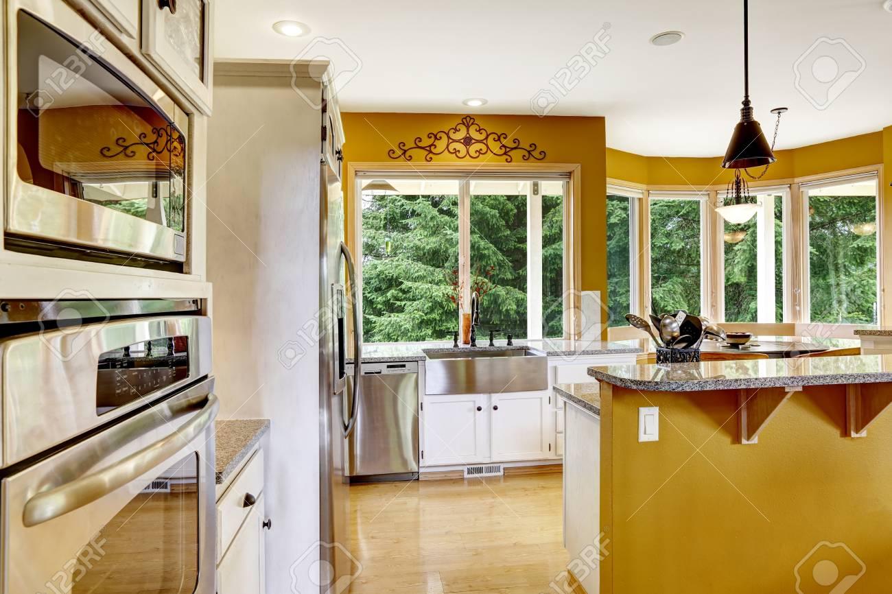 Bauernhaus Interieur. Luxus Küche Zimmer Mit Weißen Schränken Und ..