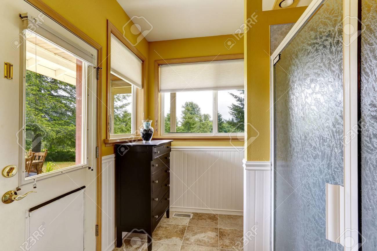 Leuchtend Gelbe Wand Mit Weißen Trimmen. Das Badezimmer Hat Ausgang Zum  Hinterhof
