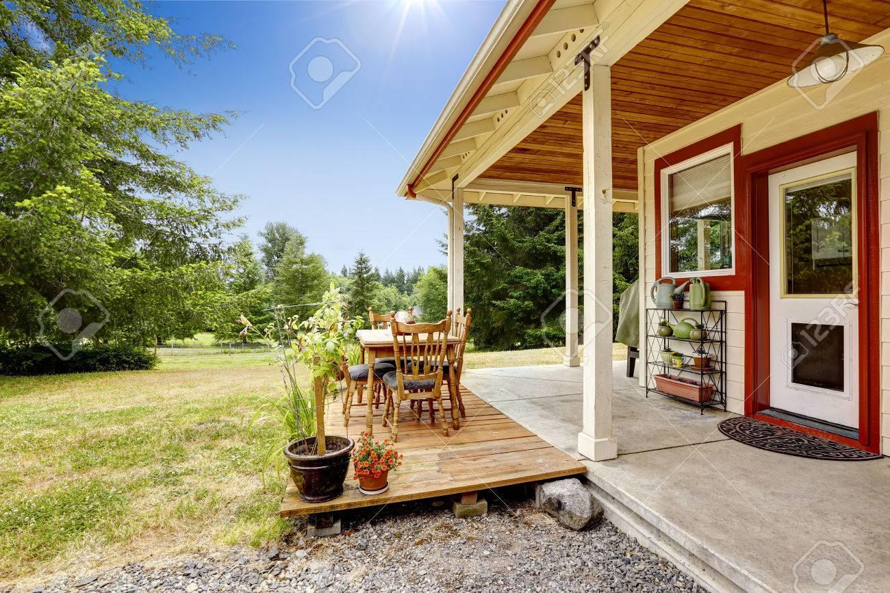 Astounding Amerikanische Terrasse Dekoration Von Amerikanischen Farm Außen. Mit Terrasse. Standard-bild -