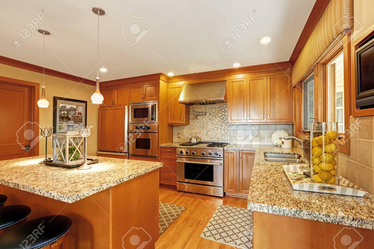 Schöne Küche Speicher Kombination Mit Granitplatten Und Moderne ...