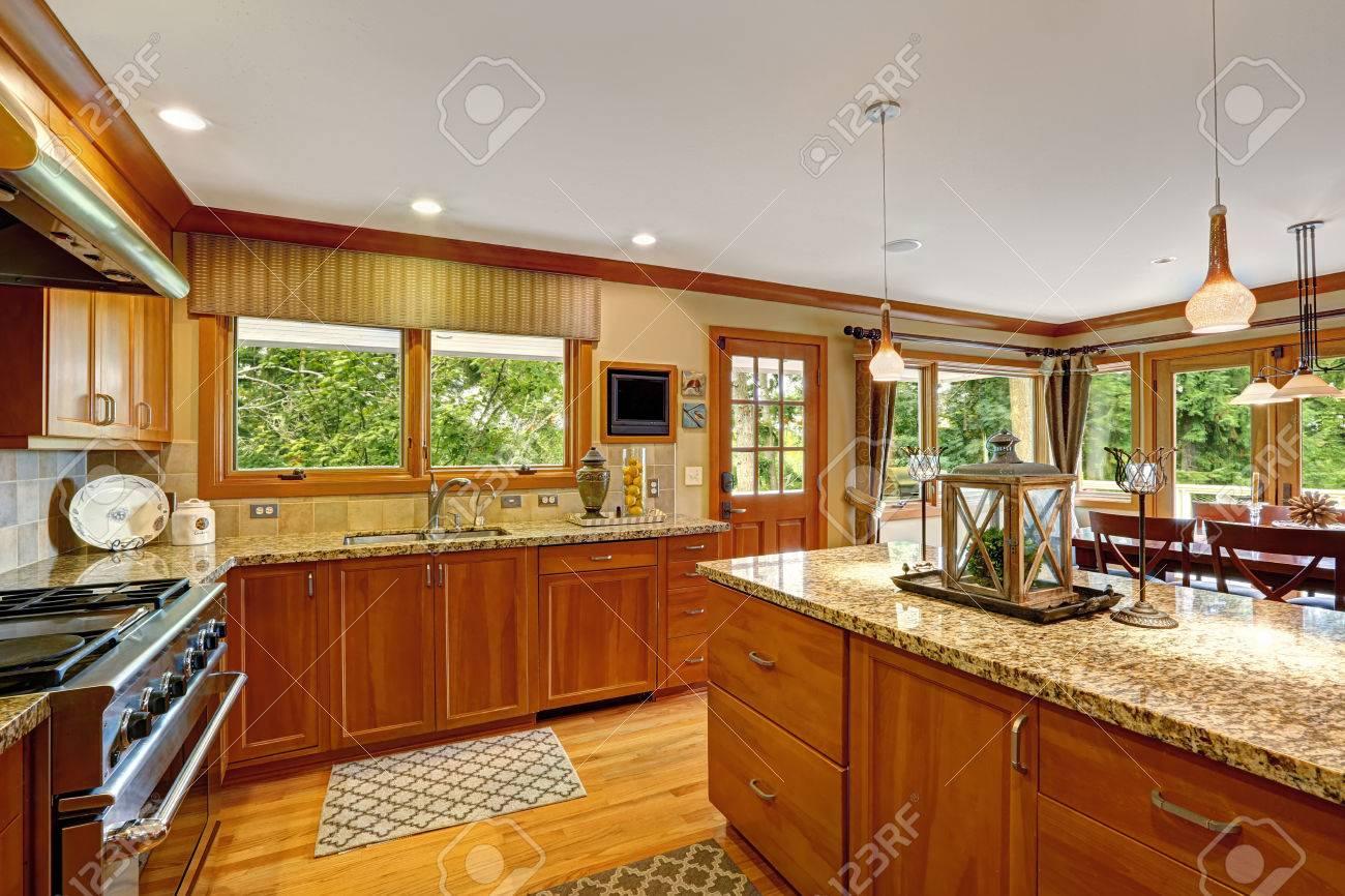 Schöne Küche Speicher Kombination Mit Granitplatten Und ...