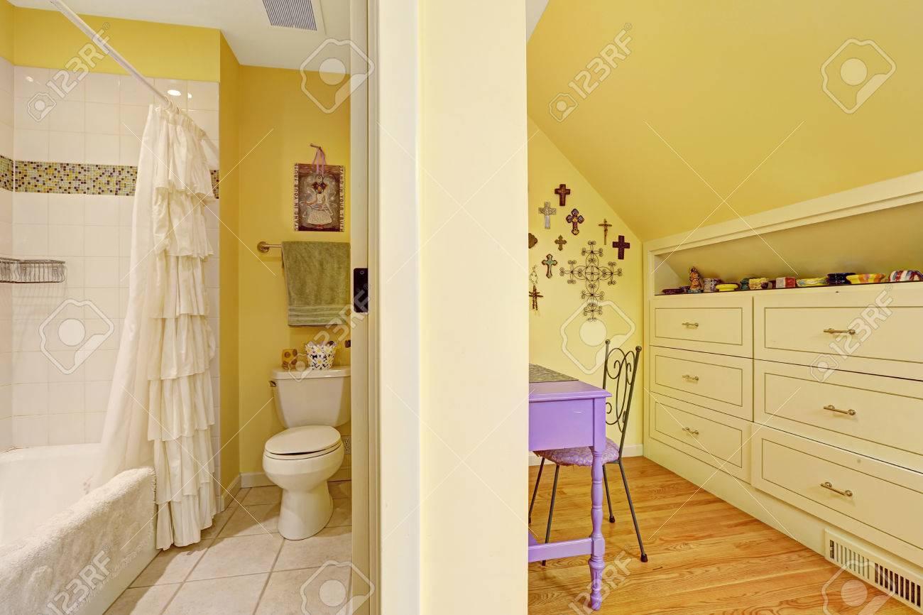 Double intérieur enfants de salle de bain avec plafond voûté ...