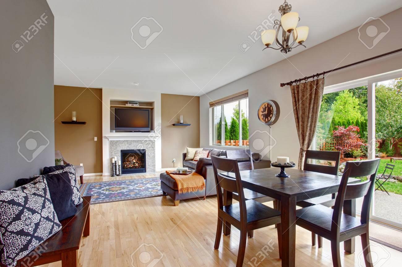Beige Ton Wohnzimmer Mit Kamin Und TV Und Essbereich Mit Ausgang