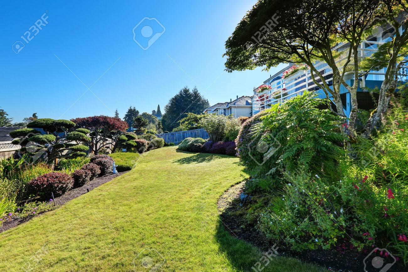 Maison Avec Un Beau Design Jardin Paysager. Pelouse Et Arbres ...