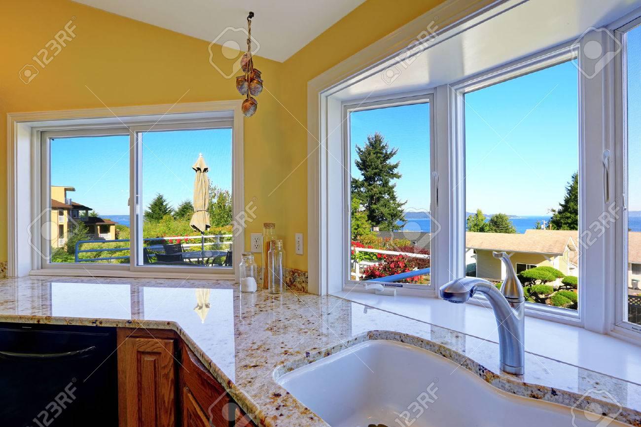 Küchenschrank Mit Granitplatten Und Spüle Mit Stahlhahn. Küche ...