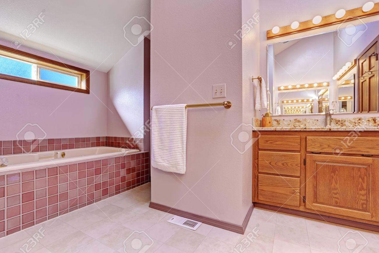 banque dimages bathroom interior dans le ton rose clair avec baignoire de carreaux de faence et salle de bains meuble lavabo avec comptoir en granit - Salle De Bain Baignoire Rose