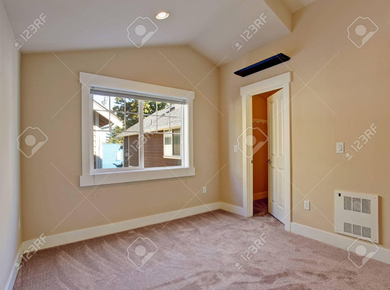 camera da letto vuota in toni avorio e marrone chiaro con cabina ... - Camera Da Letto Avorio
