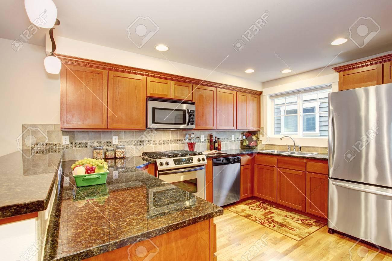 Maple Küchenschränke Mit Stahlgeräten Und Granitplatten. Praktisches ...