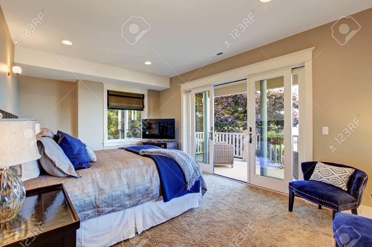 Warmes Schlafzimmer Innenraum Mit Ausstand Deck. Zimmer Verfügt über ...