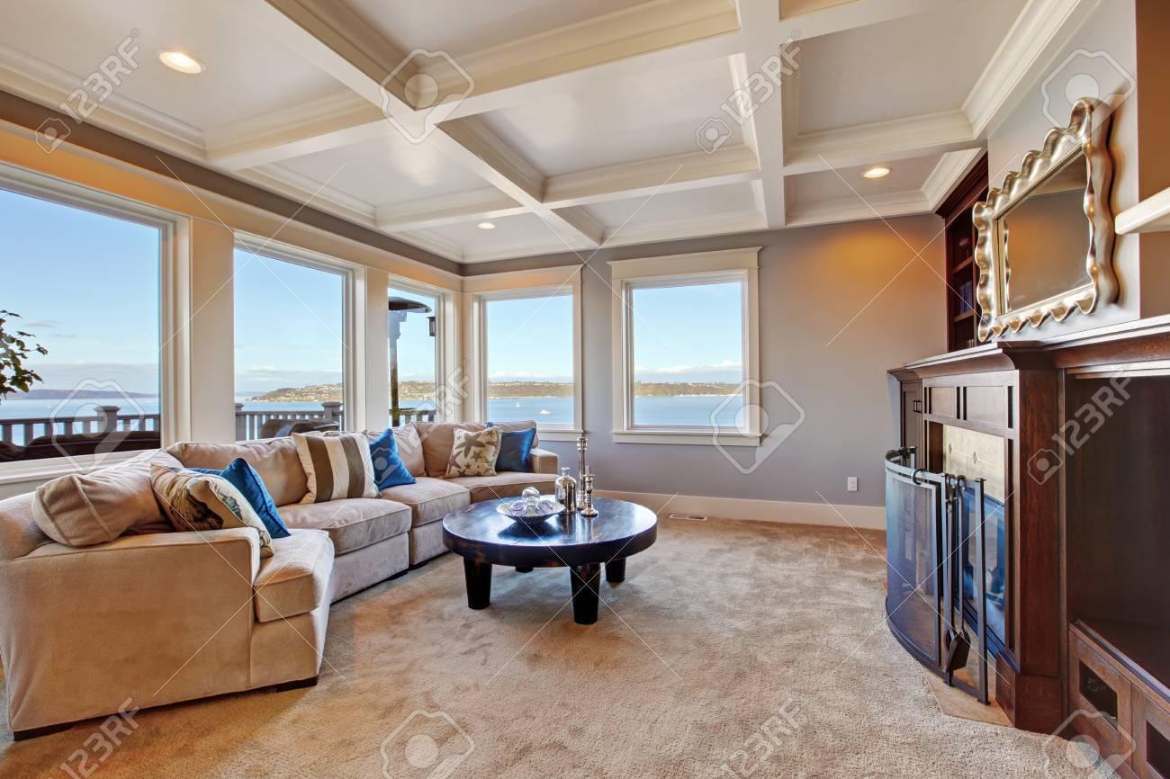 Interieur Chaleureux Salon Avec Un Canape Confortable Une Cheminee Et Une Table Basse Chambre Avec Plafond A Caissons Et Moquette Brune Douce