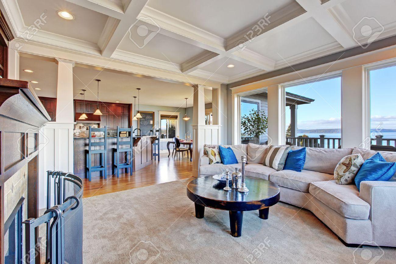 Maison de luxe avec plan d'étage ouvert. salle de séjour ...