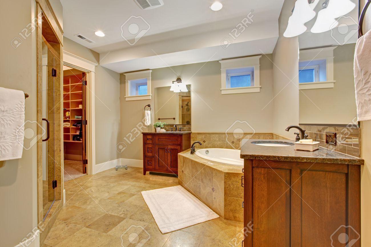 luxus-badezimmer mit granitfliesen trimmen. geräumiges badezimmer