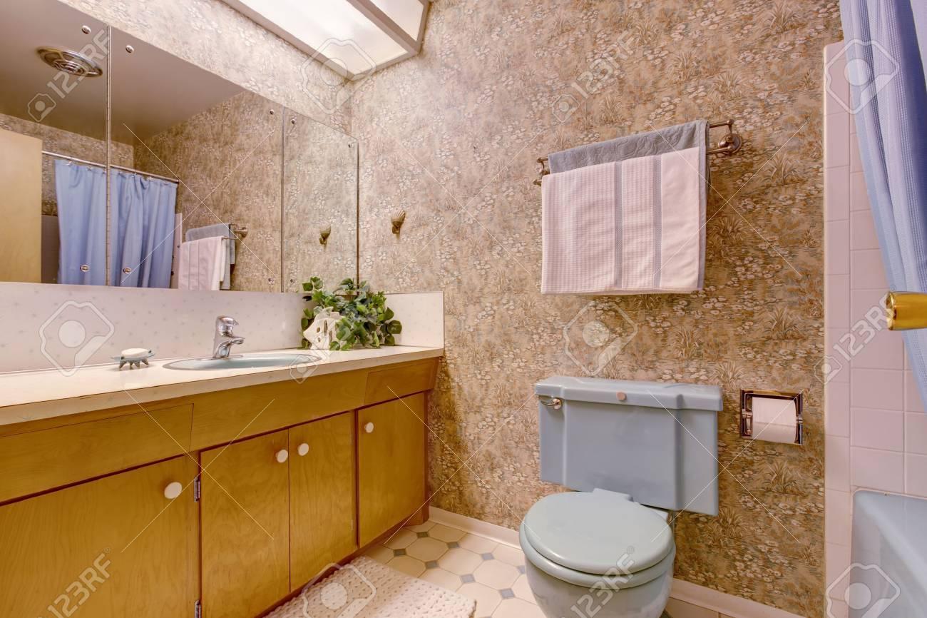 Behang Voor Badkamer : Badkamer met licht bruin behang oude wastafelmeubel en spiegel