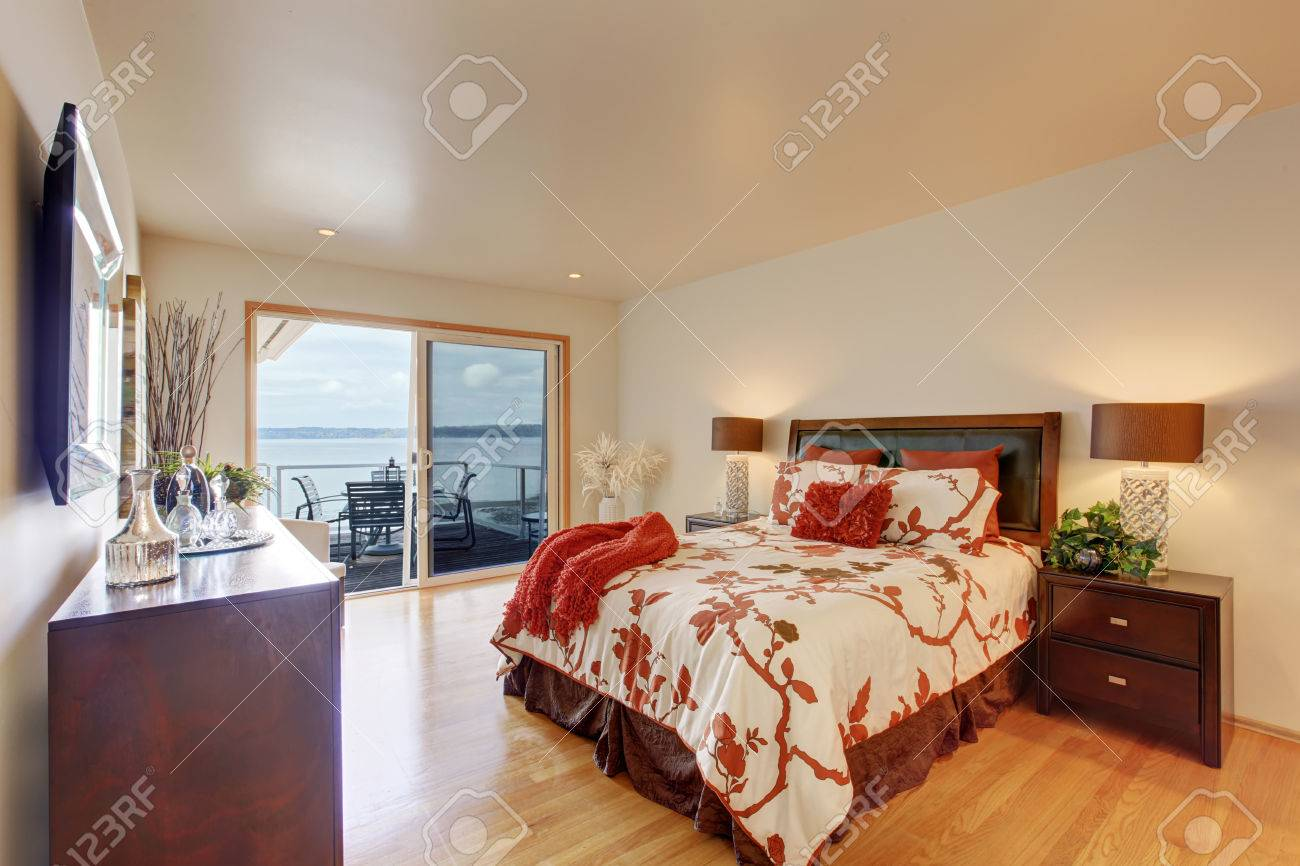 Red romantic master bedroom - Romantic Master Bedroom Interior With Walkout Deck Bed With White And Red Bedding Decorated