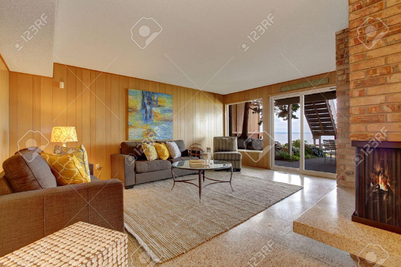 Keller Wohnzimmer Mit Holzwand Trimmen Gemauerten Kamin Und Ausgang Zur Terrasse Ausstand Lizenzfreie Bilder