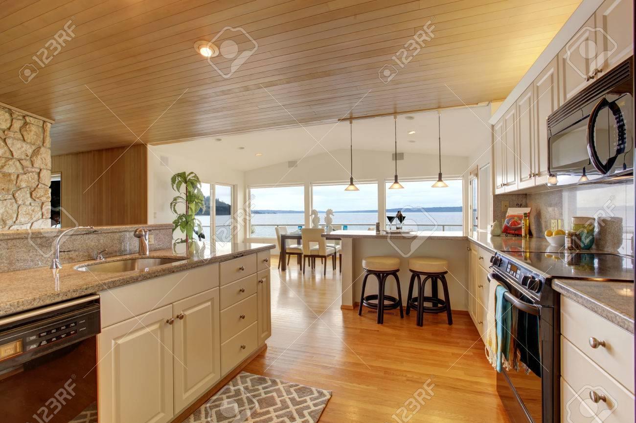 Hausinnenraum. Küche Zimmer Mit Kassettendecke, Weiße Schränke Mit ...