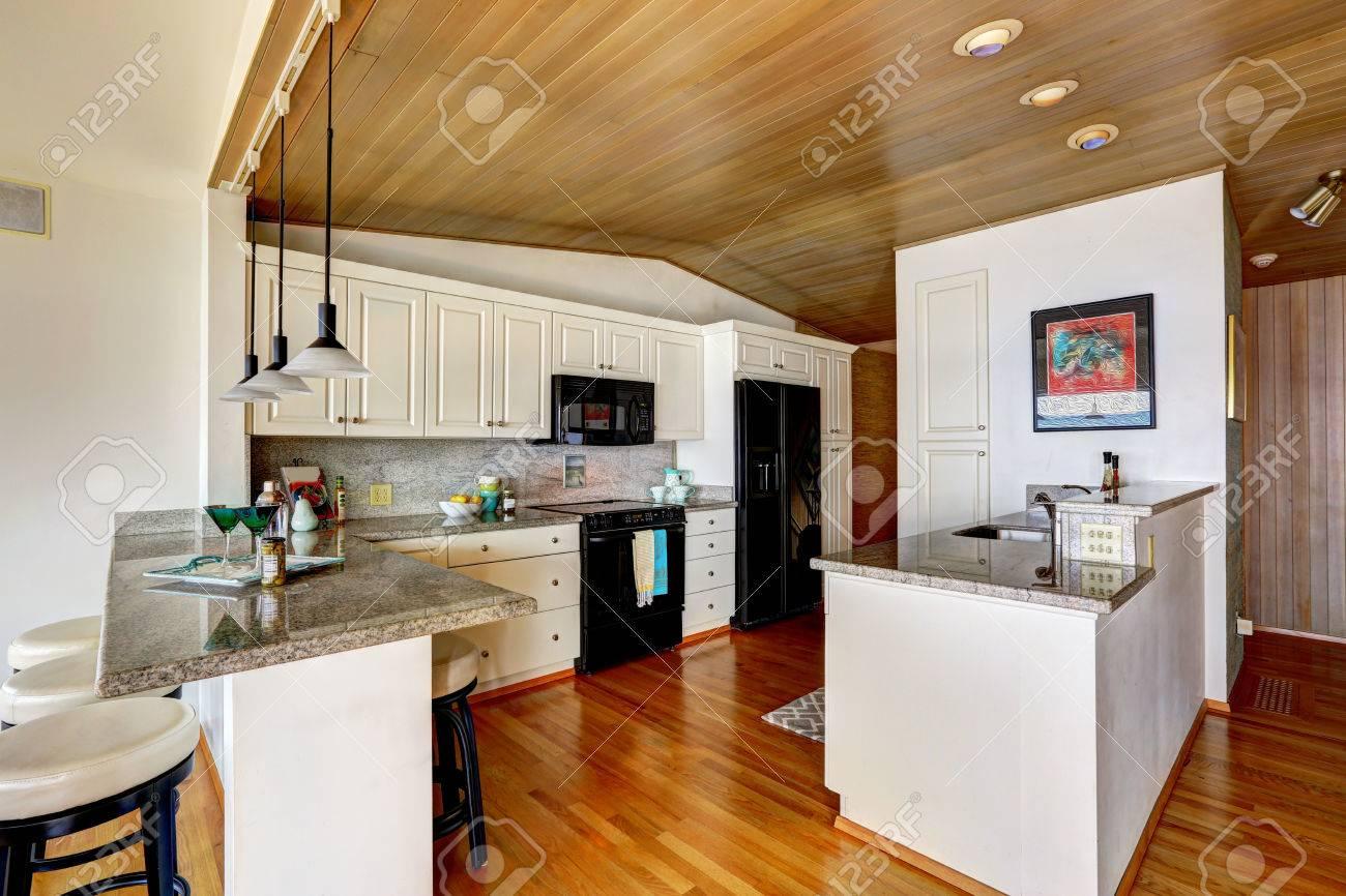 Sala Cocina Con Artesonado Blancos Armarios Con Electrodomesticos - Electrodomesticos-negros