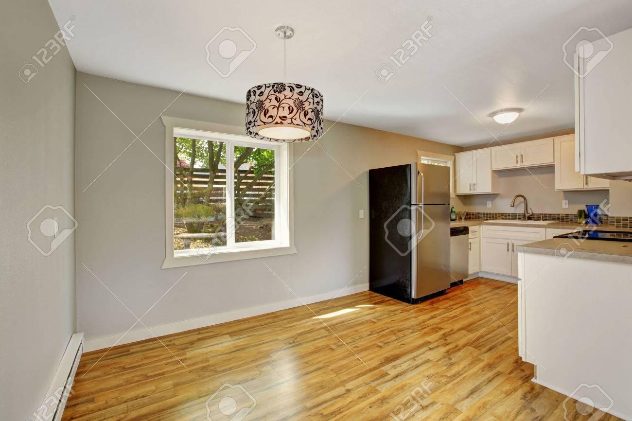 Leeres Haus Interieur Mit Möblierter Küche. Küche Mit Weißen ...