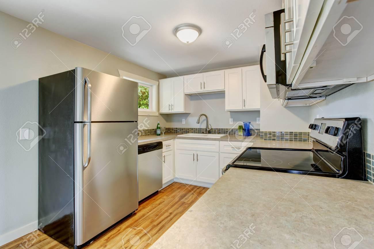 Cocina Amueblada Con Muebles Blancos Y Electrodom Sticos De Acero  # Muebles Blancos