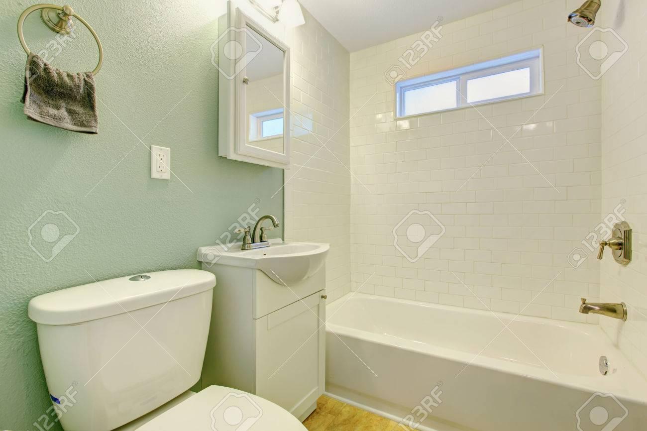 Vasca Da Bagno Mobile : Mint bagno interno con finiture bianco muro di piastrelle bianco