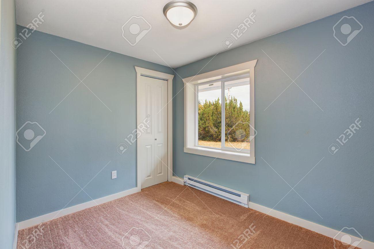 Leeres Kleines Zimmer Mit Hellblauen Wänden Und Braunen Teppichboden  Standard Bild   32559843
