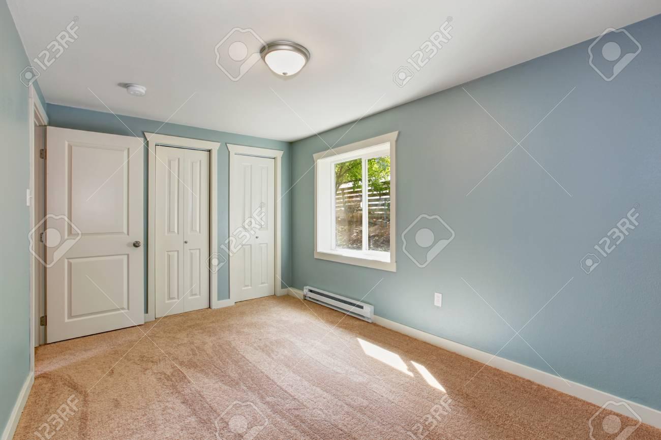 Leere Kleines Zimmer Mit Hellblauen Wänden Und Braunen Teppichboden. Das  Zimmer Verfügt über Schränke Standard