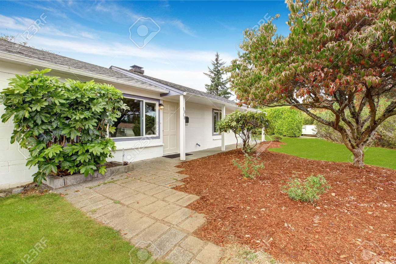 Einfaches Haus Außen In Der Farbe Weiß. Vorgarten Landschaft Mit ...
