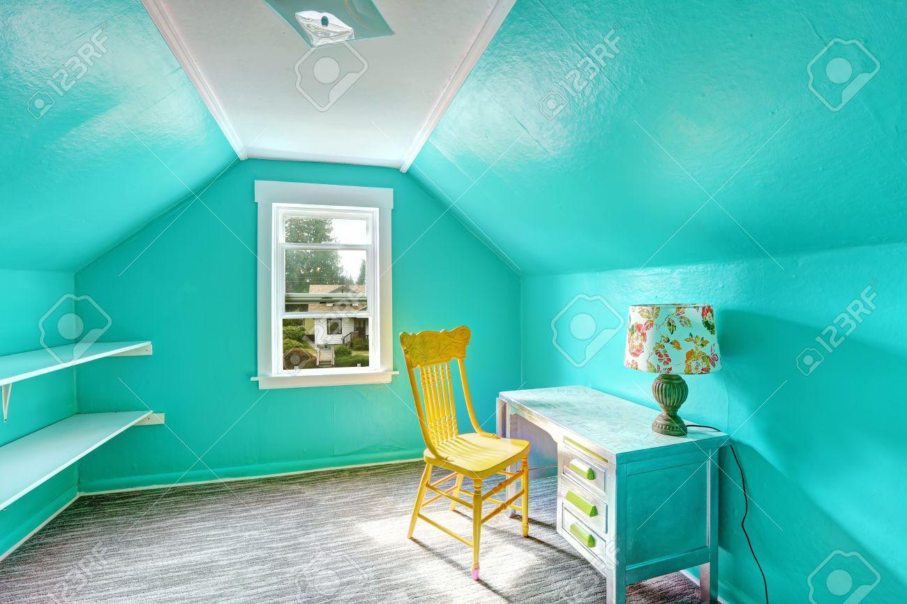 Kleine Helle Turkis Raum Mit Gewolbter Decke Und Regale An Der Wand