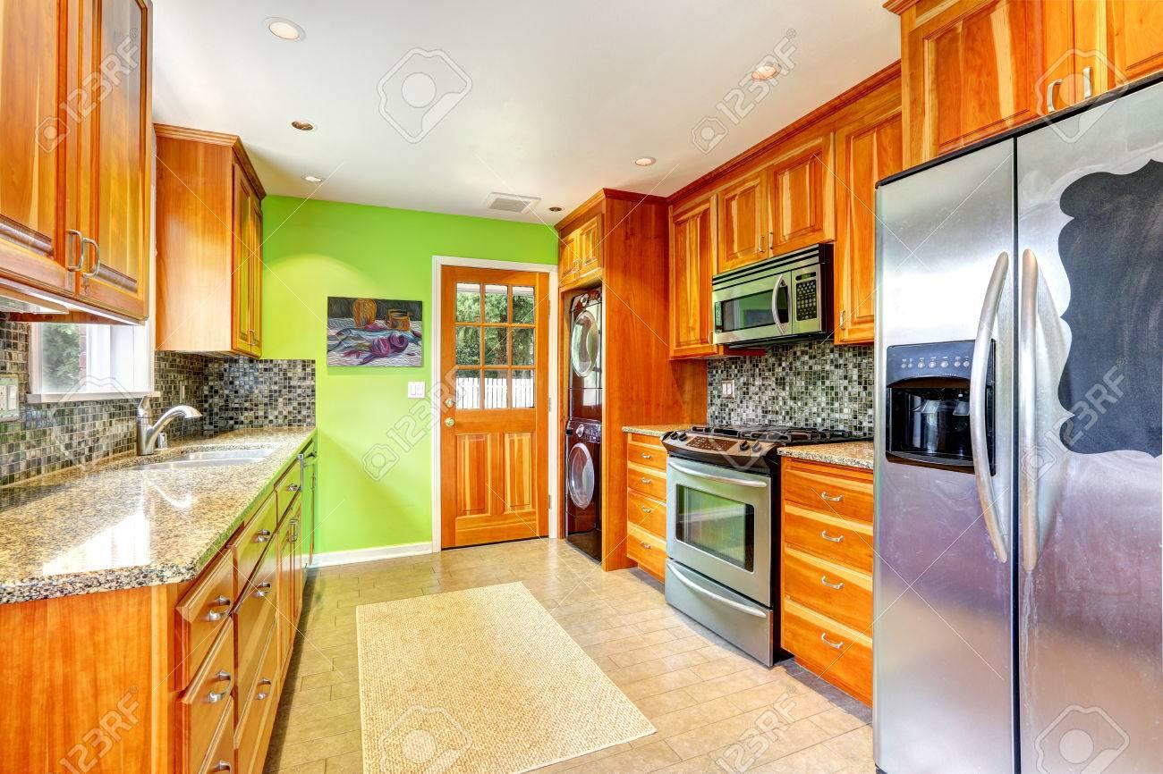 Lönn köksluckor med mosaik tillbaka stänk trim och granit toppar ...