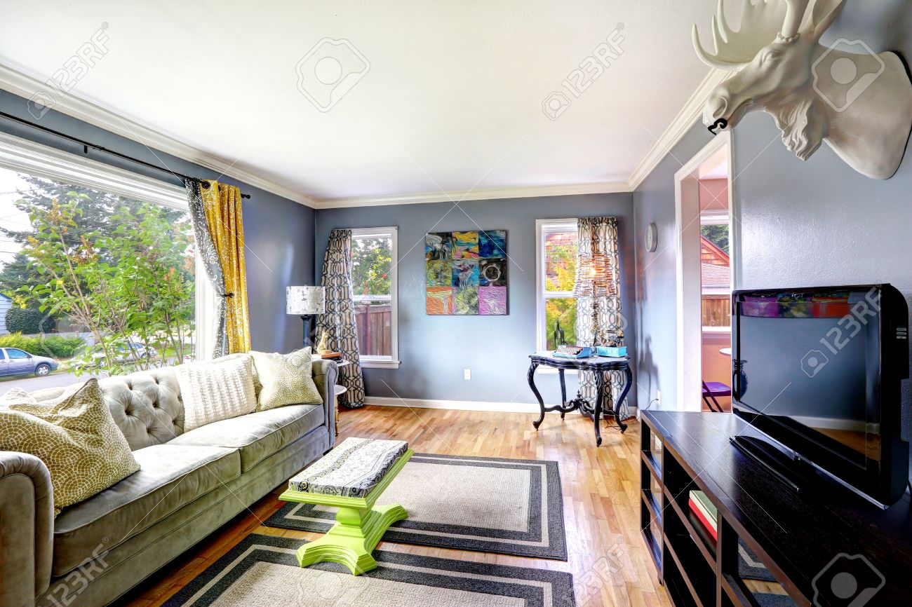 Helles Wohnzimmer Interieur Mit Großem Fenster. Mit Sofa, Schrank Mit  Fernseher Und Tisch In