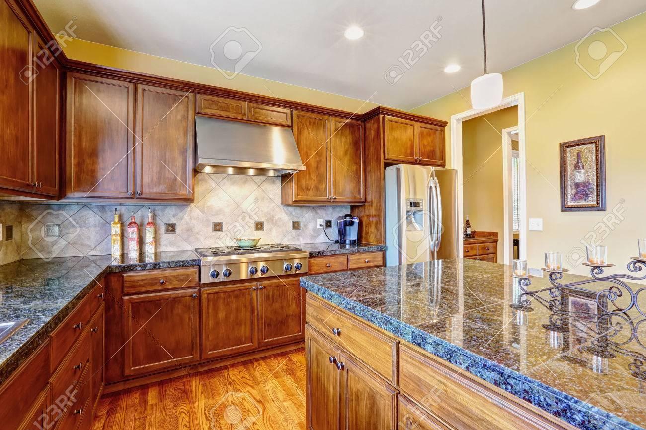 Luxus-Küche Zimmer Mit Modernen Lager Kombination Und Fliesen ...