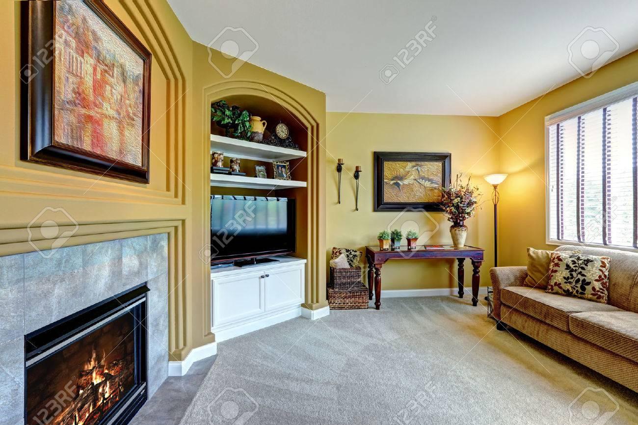 Fabulous Gemtliches Wohnzimmer Mit Kamin Sofa Und Tv Lizenzfreie Bilder With Fernseher