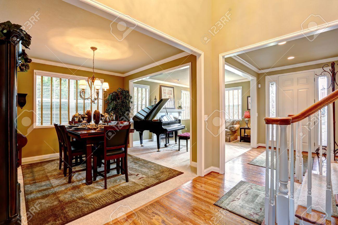 Banque dimages , intérieur de la maison de luxe avec plan détage ouvert. Salle à manger et salon avec piano à queue
