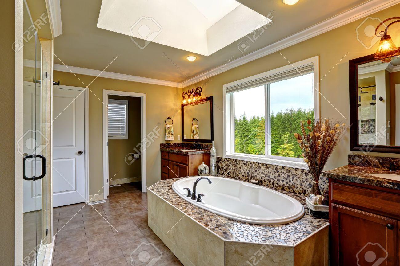 Luxe Badkamer Interieur : Luxe badkamer interieur met dakraam. bad met mozaïek trim en twee