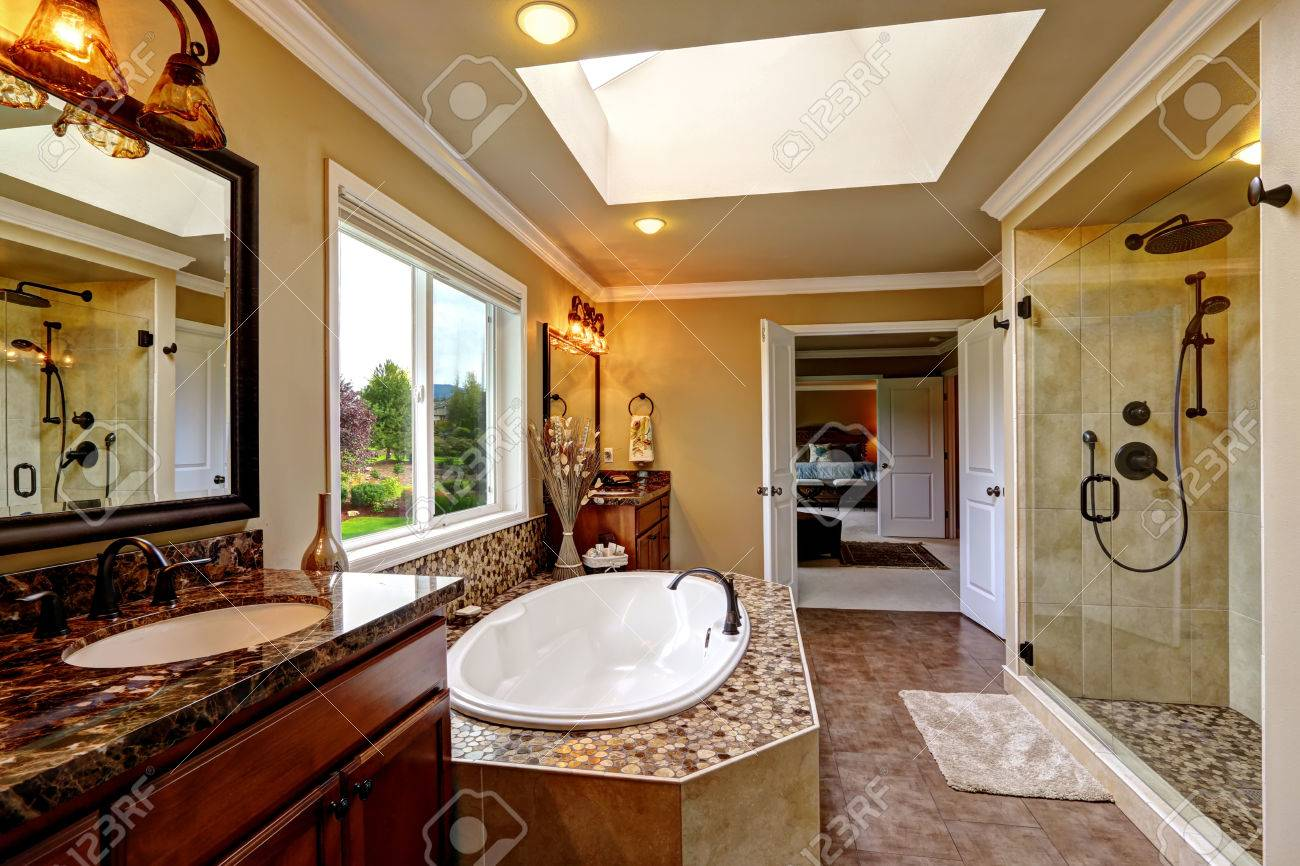 Bagno Legno E Mosaico : Interno bagno di lusso con lucernario. vasca da bagno con finiture