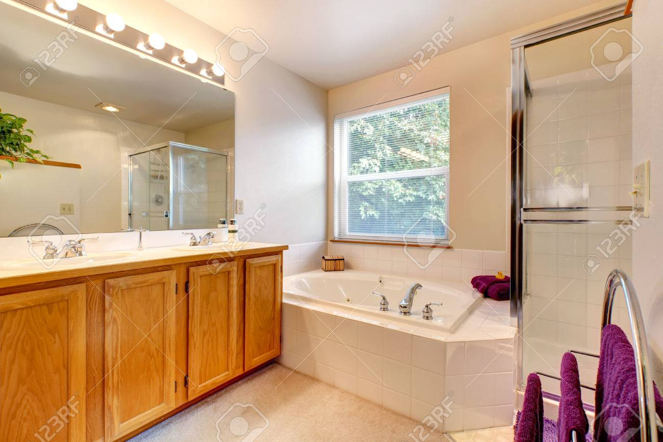 Bathroom Vanity Cabinet With Mirror, Bath Tub With Tile Trim ...