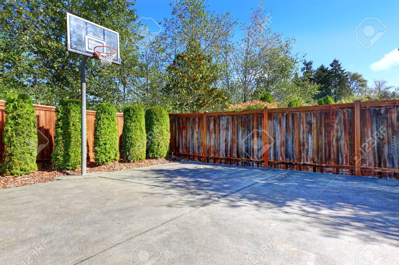 Sol Terrain De Basket terrain de basket avec sol en béton et d'une clôture en bois