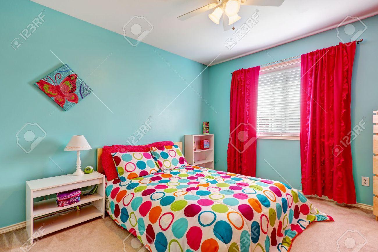 Vrolijke slaapkamer interieur in turquoise kleur met heldere rode ...