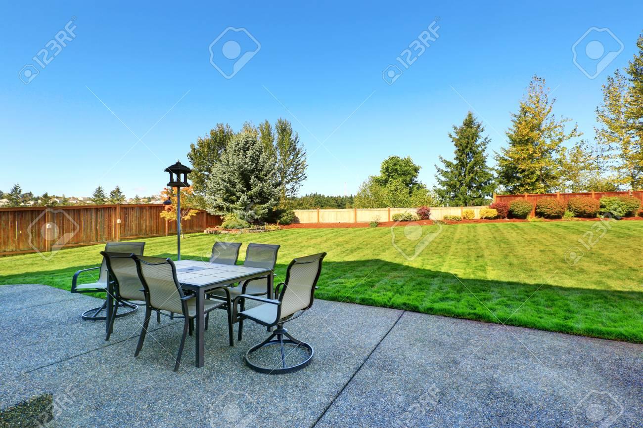Elegant Standard Bild   Terrasse Mit Blick Auf Hinterhof Landschaft. Esstisch Mit  Stühlen Und Laterne