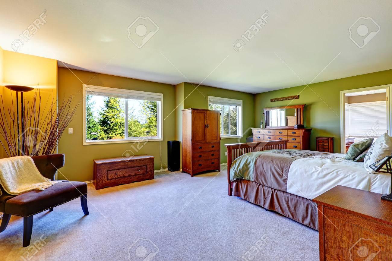 Chambre intérieure de couleur vert clair avec un lit en bois ...