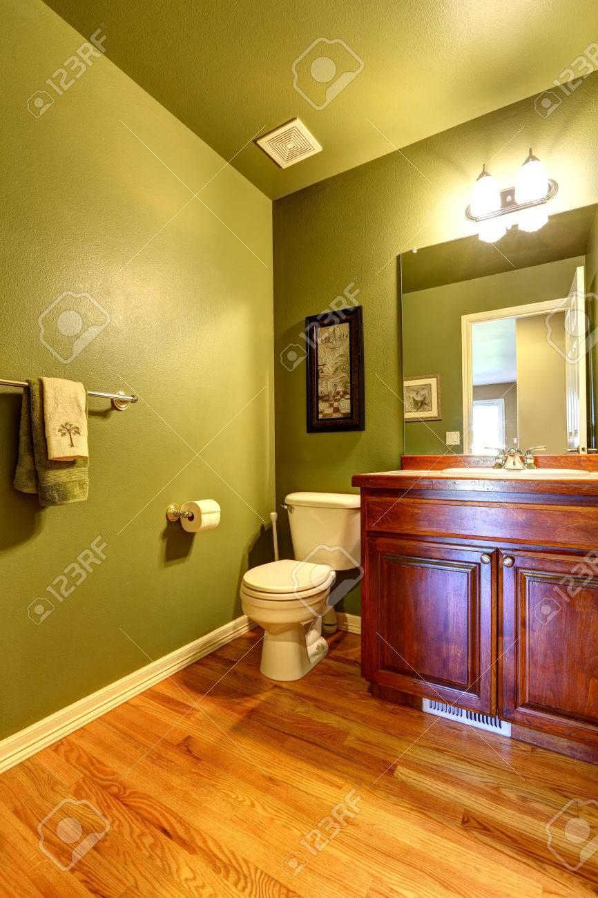 Intérieur De Salle De Bains Vert Foncé Meuble-lavabo Brun Banque D ...