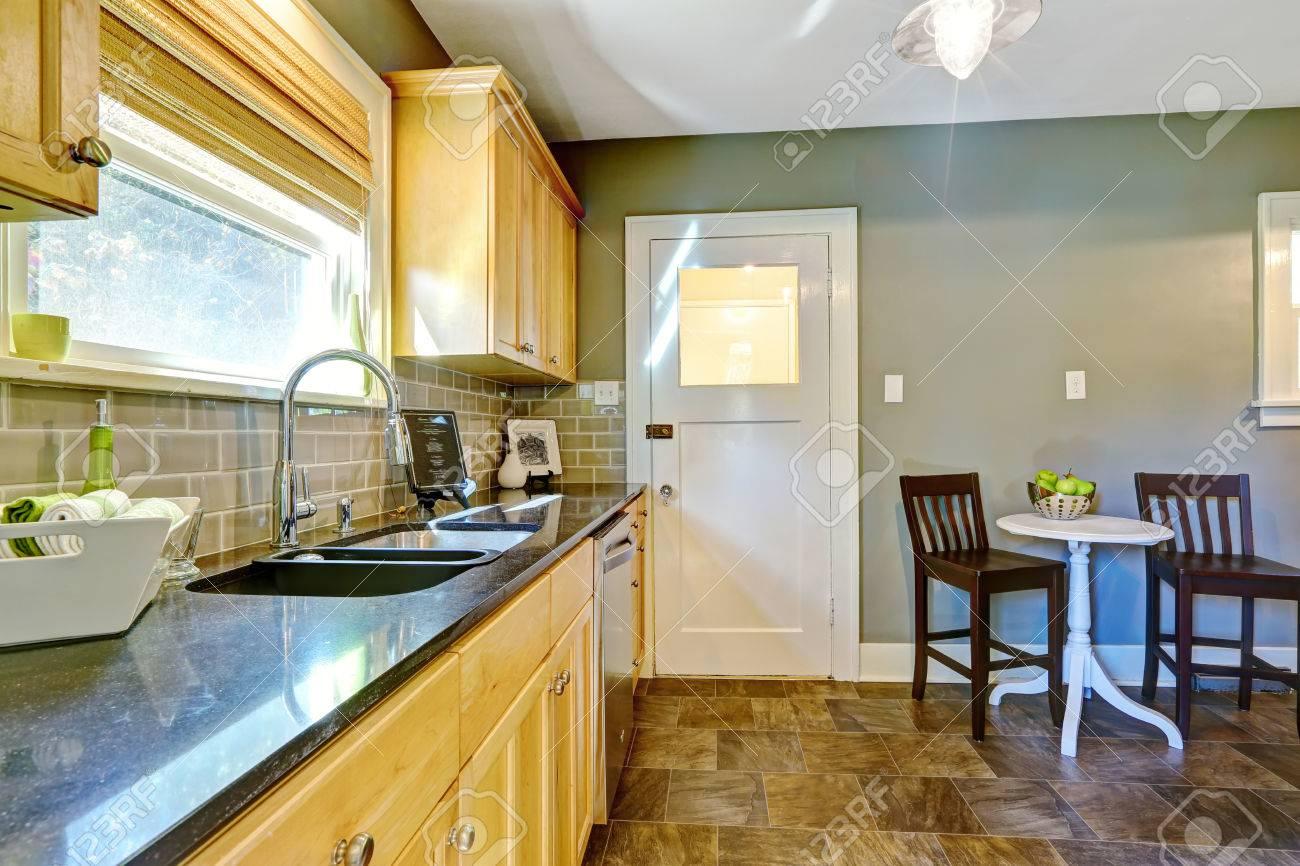 Kleine Küche Zimmer Mit Ahorn-Speicherschrank Und Granitplatten. Das ...