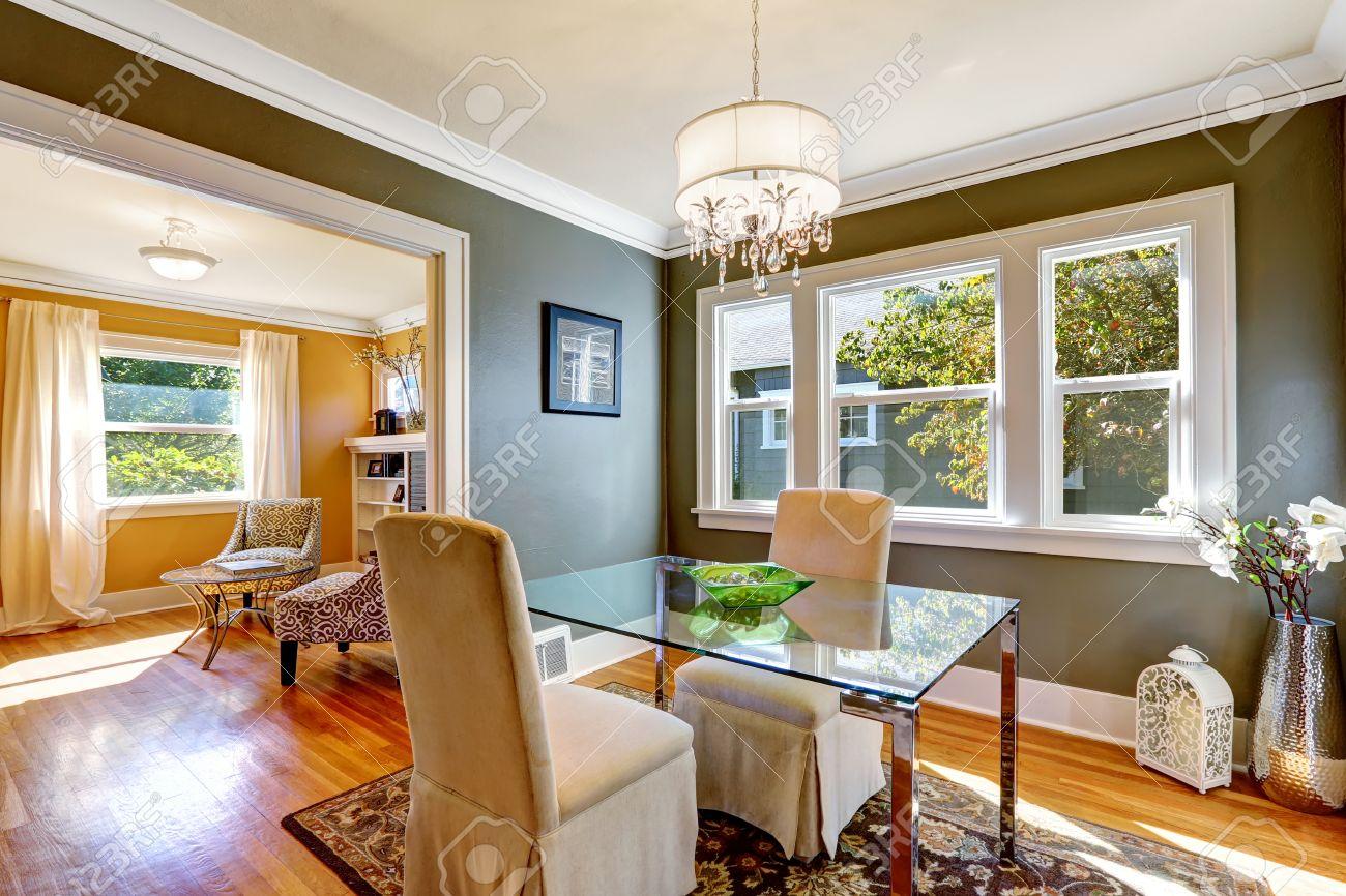 Salle A Manger Mur Gris concernant salle à manger intérieure avec des murs gris foncé et plancher de