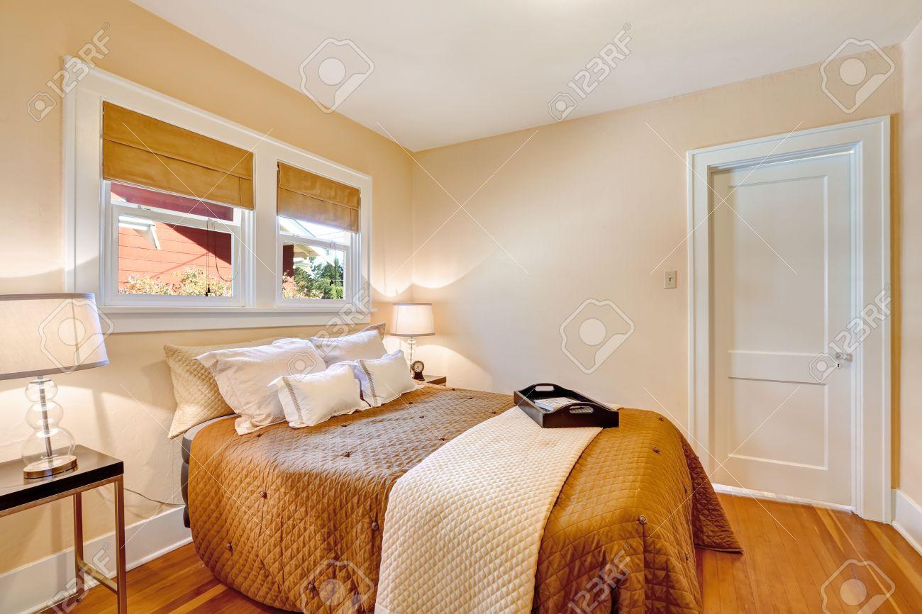 Warmes schlafzimmer innenraum mit heller farbe wand und parkett ...