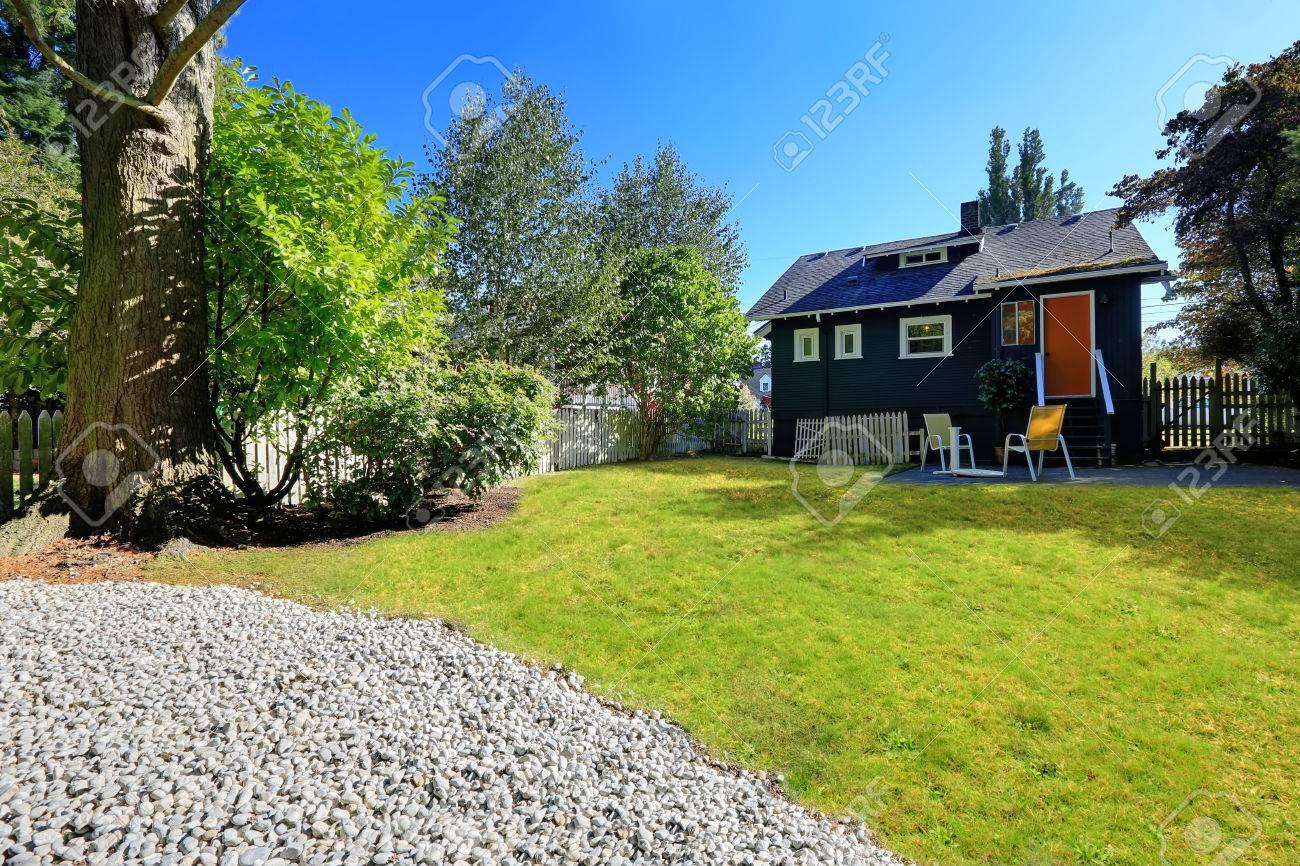 Kleines Haus Außen Mit Ziegeldach. Hinterhof Landschaft Mit Sitzecke  Standard Bild   32725285