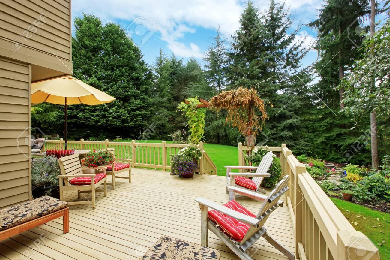Lovely Wooden Ausstand Deck Mit Liegestühlen. Deck Mit Blick Auf Hinterhof  Landschaft Standard Bild   Great Ideas