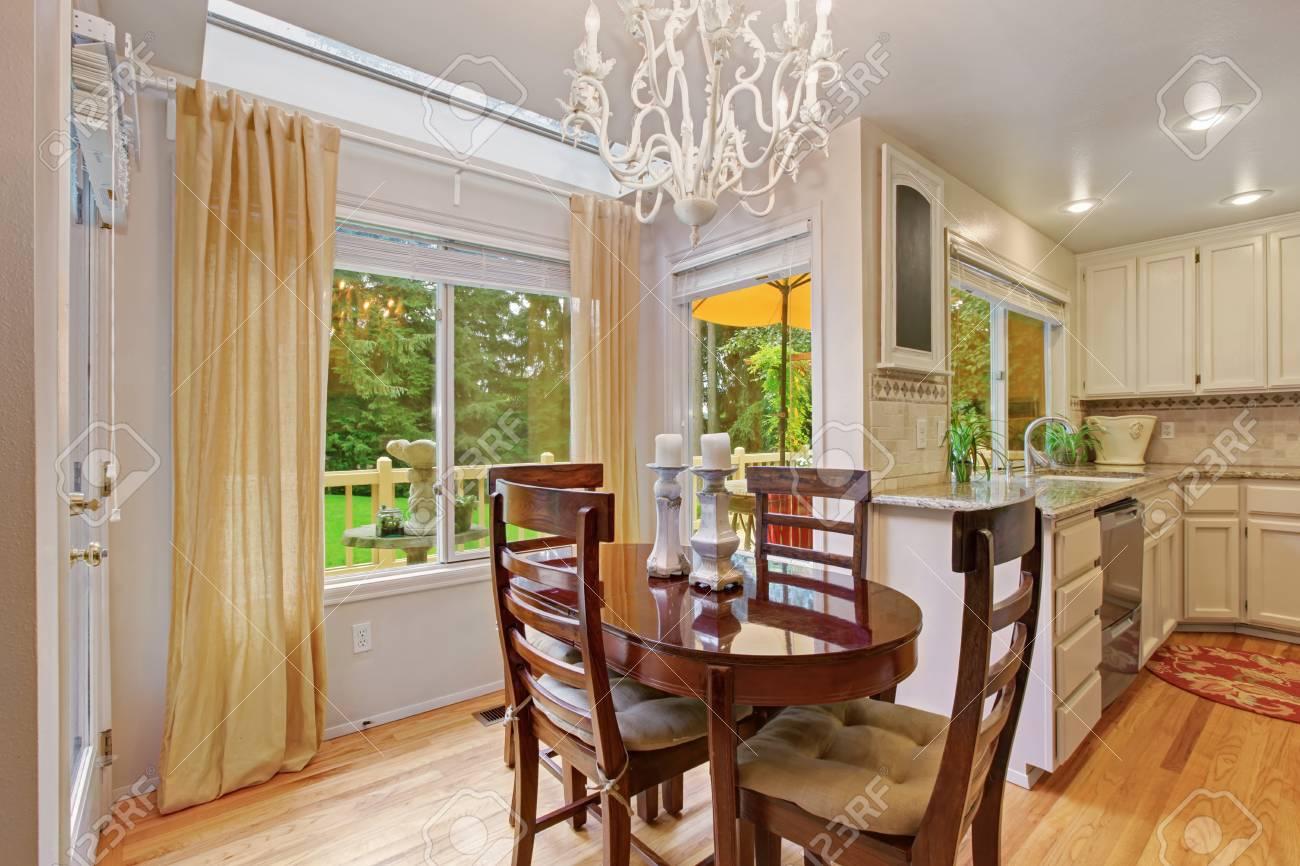 Helle Küche Zimmer Mit Holztisch Set Mit Kerzen Dekoriert .