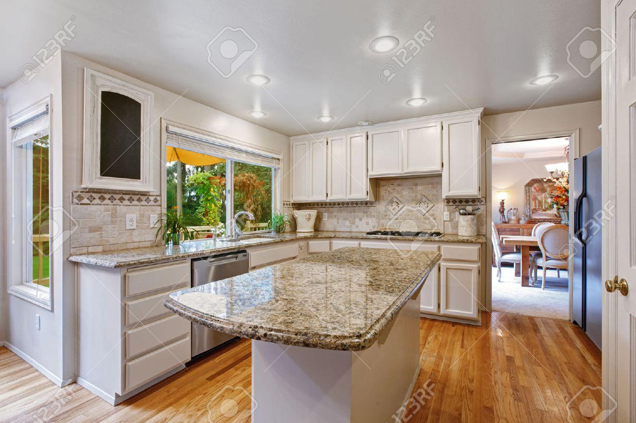 Keuken Ruimte Met Witte Opslag Combinatie. Kookeiland Met ...