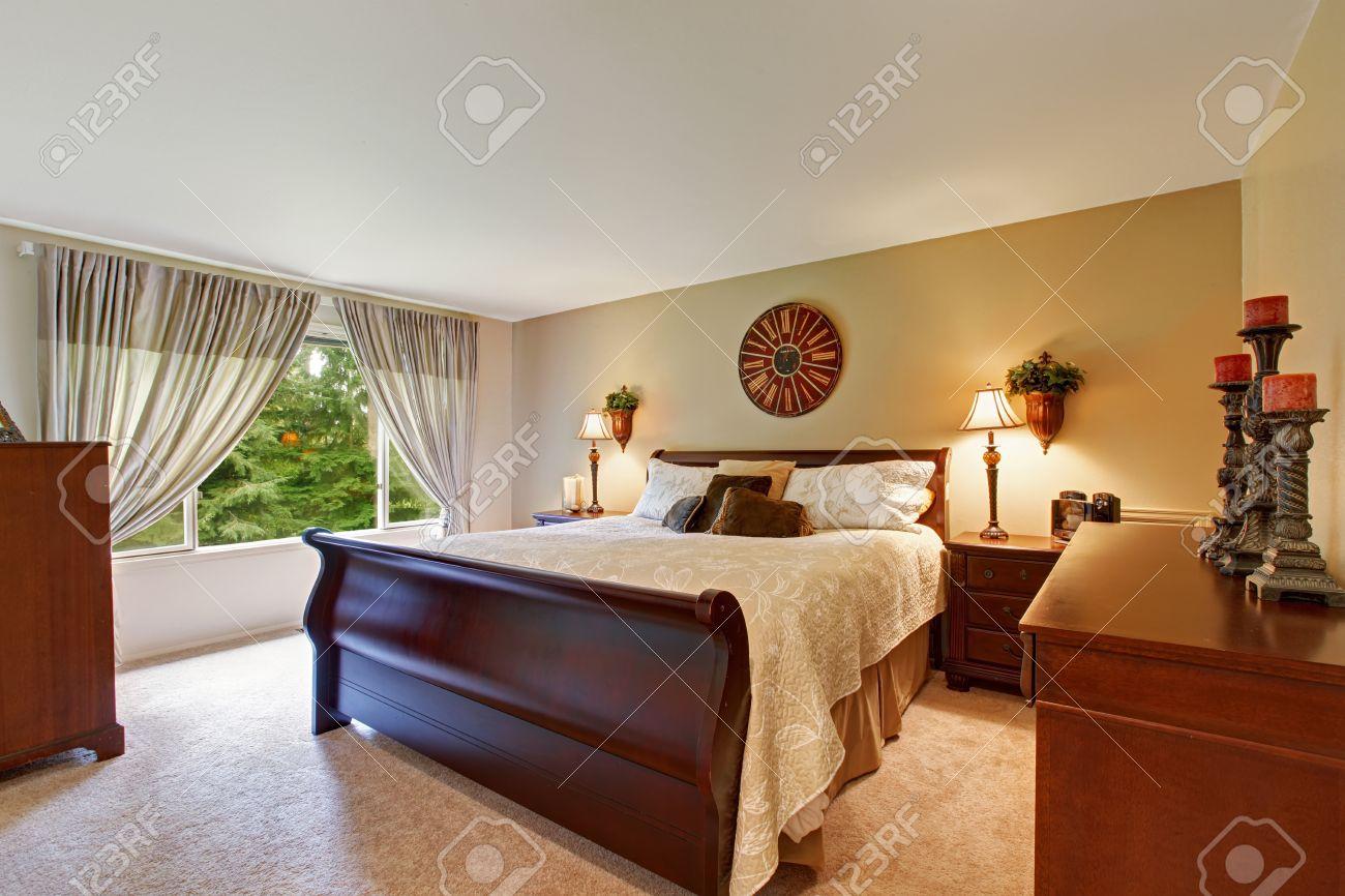 Interieur De Chambre A Coucher Spacieuse Avec Lit Queen Bon Lit En Bois Tables De Nuit Et Armoire Decore Avec Des Bougies
